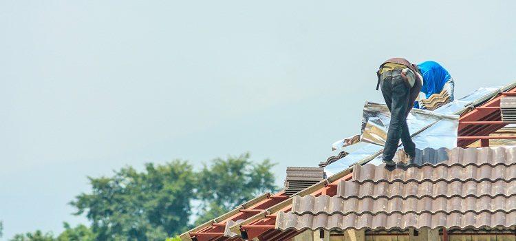 Wymiana pokrycia dachowego. Kiedy jest konieczna?
